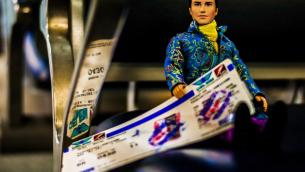 Ken et son billet d'avion pour Israël (crédit photo : Enrico Pescantini and Maria Giovanna Callea)